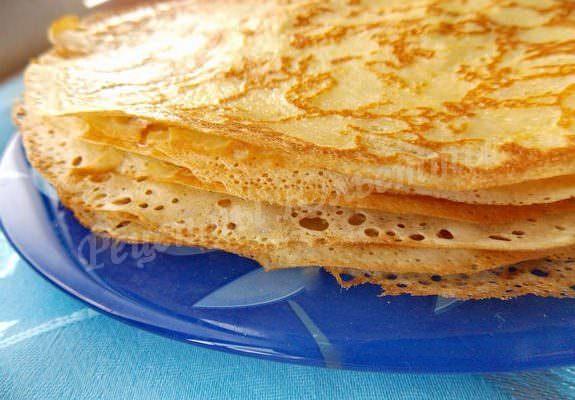 La meilleure recette de crêpes à la crème! Les crêpes sont incroyablement tendres et incroyablement délicieuses!
