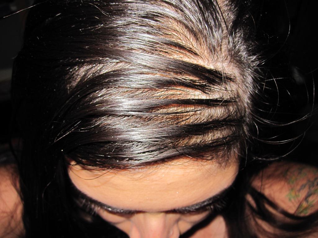 Comment masquer les cheveux sales?