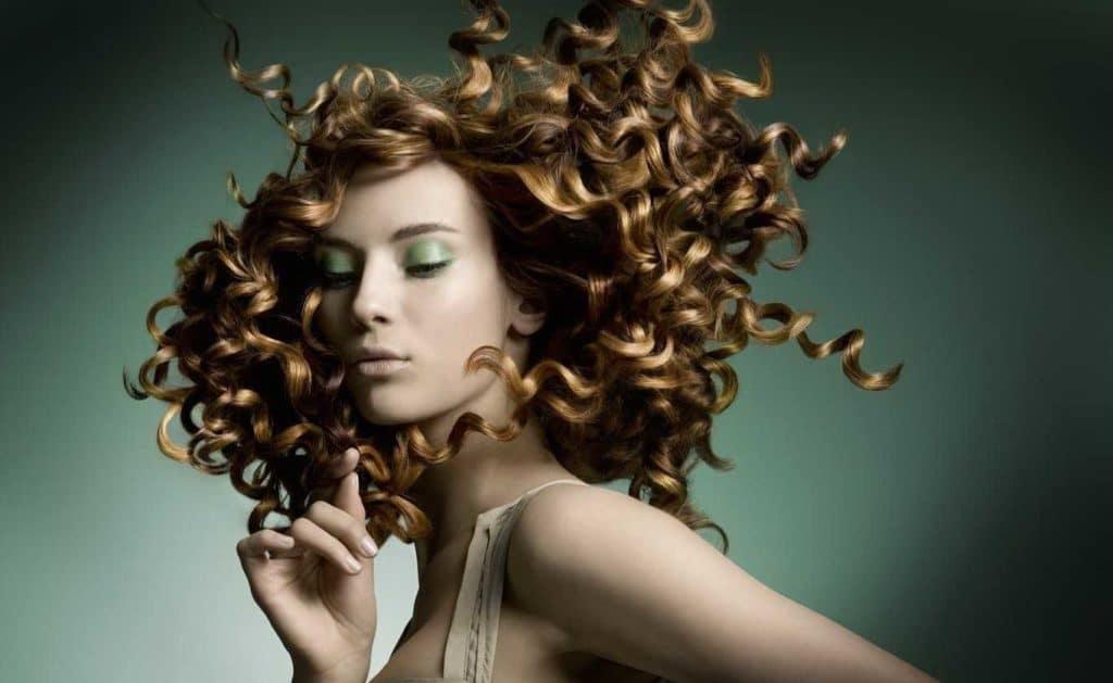 Perm sur cheveux moyens: version légère et grande (49 photos)
